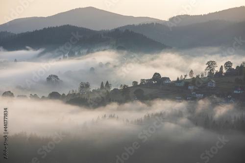 Fotografia Magic dawn in the misty mountains