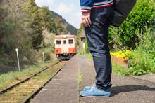 Train Coming To Rural Railway Station Platform And Passenger 田舎の駅のホームに入ってくる列車と乗客(千葉のいすみ鉄道)