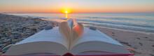 Zénitude Sur La Plage. Livre Plié En Forme De Cœur Avec Lever De Soleil.