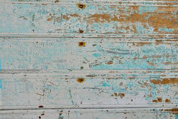 Textura de madera vieja de ventanas y puertas desgastadas por el tiempo con grietas y clavos oxidados