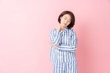 パジャマを着た女性 不機嫌