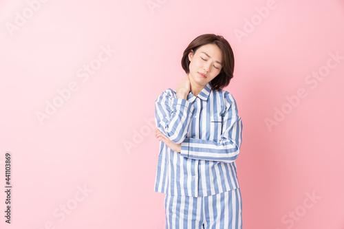 パジャマを着た女性 不機嫌 Fototapet