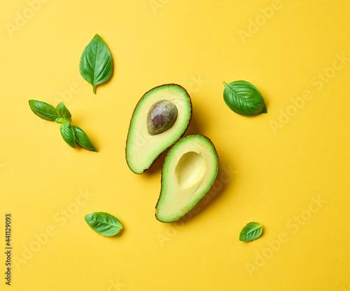 Fotografia fresh avocado and basil leaves