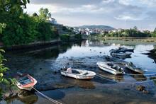 Embarcaciones Y Lanchas A Motor Varadas En La Desembocadura Del Río Verdugo Durante La Marea Baja En Ponte Sampaio, Pontevedra, España