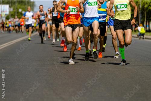 Fotografia, Obraz leader marathon race run ahead of large group runners