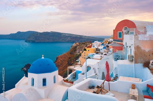 Foto Famous view from viewpoint of Santorini Oia village with blue dome of greek orth