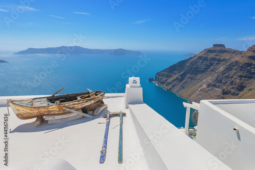 Photographie Stunning cupolas with the Caldera (volcano) in the distance in the Greek island