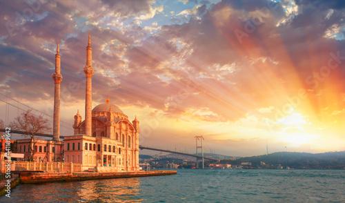 Fotografia Ortakoy mosque and Bosphorus bridge at amazing dramatic sunset - Istanbul, Turke