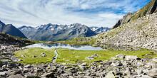 Panorama Eines Bergsees In Der Mitte Eines Wollgrasfeldes Im Hochgebirge Von Tirol