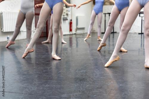 jambes de jeunes danseuses classique Fototapete
