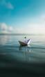 Kleines Papierschiff auf ruhigem Wasser