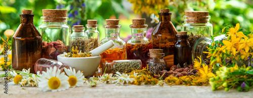 Fotografia Tincture of medicinal herbs in bottles. Selective focus.