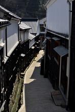 黒い塀の坂道