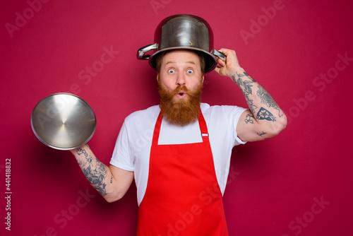 wondered chef with beard and red apron plays with pot Tapéta, Fotótapéta