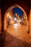 Fototapeta Miasto - Stare miasto w nocnych światłach