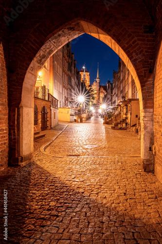 Stare miasto w nocnych światłach