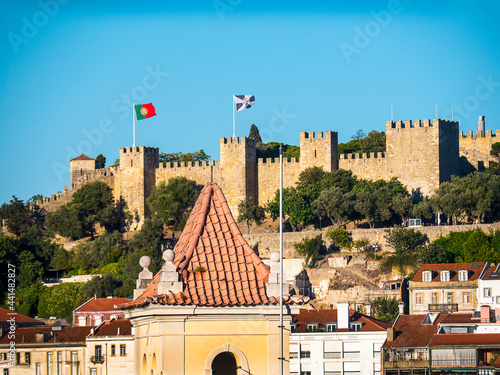 Canvas-taulu Sao Jorge Castle is a Moorish castle occupying a commanding hilltop overlooking the historic centre of the Portuguese city of Lisbon and Tagus River