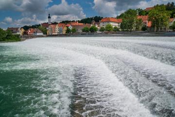 Stadt Landsberg am Lech in Bayern mit dem Lechwehr