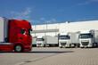 Saubere Lastkraftwagen auf dem Hof einer Spedition. Symbolfoto für Mobilität und Logistik im Straßenverkehr.