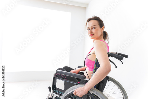 Obraz na plátně スポーツウェアを着て車椅子に乗る外国人の女性