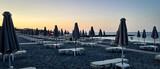 Fototapeta Londyn - Puste leżaki na plaży