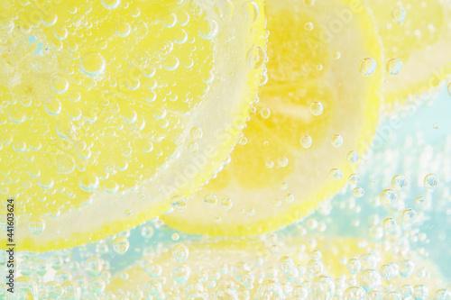 レモンと炭酸水のライトブルー背景