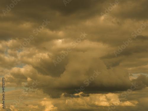 Zachmurzone burzowe niebo nad morzem