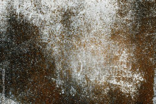 Porysowana, skorodowana tekstura, tło starego muru ogrodzeniowego. Kolory korozji w stonowanych odcieniach szarości.