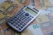 Taschenrechner liegt auf 50 Euro Scheinen