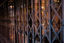 窓ガラスと蛇腹式の柵