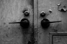 鉄製の壁とさび付いたドアノブ