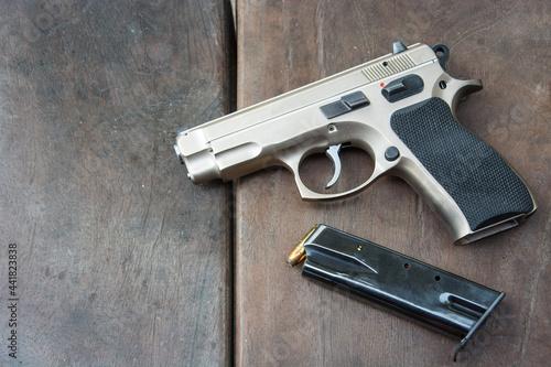 Foto High Angle View Of Gun On Table