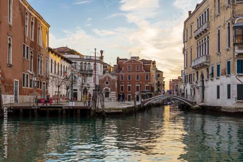 Obraz na plátně Canal Amidst Buildings In City Against Sky