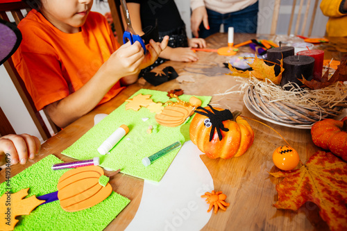 Fotografiet Preparing traditional Halloween decorations with young children