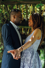 Pareja De Novios Africanos Enamorados Se Dan Besos Y Abrazos En Un Parque