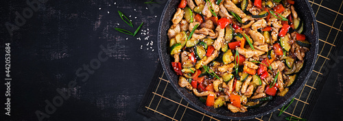 Fotografia Stir fry with chicken, zucchini and sweet peppers - Chinese food