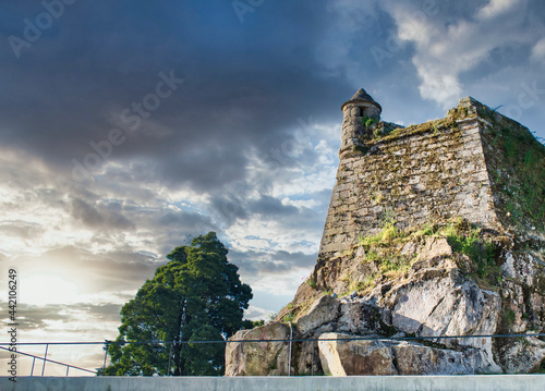Garita y arquitectura colonial castillo del Castro en la ciudad de Vigo, España Fototapeta