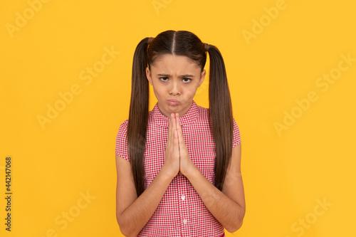 Tela Praying girl child pray holding palms together in prayer gesture yellow backgrou