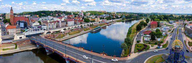 Szeroka panorama centrum miasta Gorzów Wielkopolski, widok na bulwar wschodni nad rzeką Warta, most staromiejski i część zawarcia z wieżą widokową Dominanta