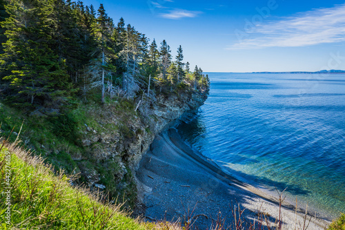Fotografia View on the cliffs and the Atlantic ocean on a beautiful summer day while hiking