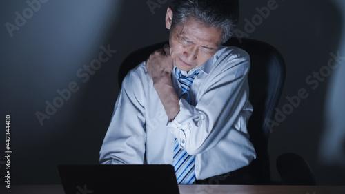 Foto ミドル男性・ビジネスマン・パソコン・残業・過労・ストレス