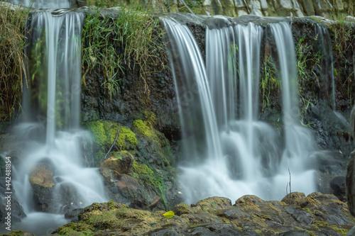 el rio fluye en la cascada con larga exposición Fotobehang