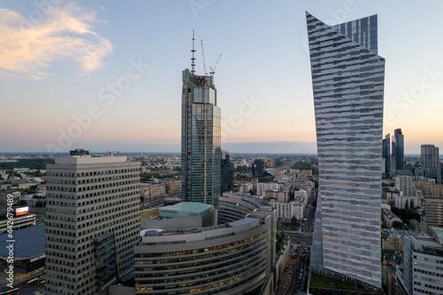 Fototapeta Warszawa - centrum miasta, zachód słońca, wieżowce widziane z drona