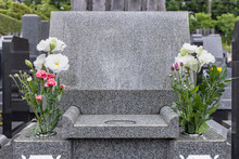 先祖の遺骨が収められた墓とお供えのお花