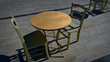 Widok na pusty stolik na placu