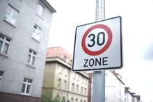 Tempo-30-Zone Schild In Wohngebiet
