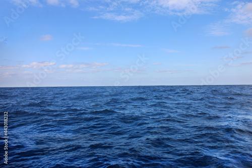 Cuadros en Lienzo 晴れた青空と沖縄の青い穏やかな海