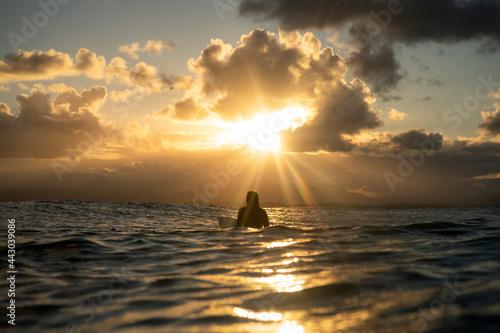 Fotomural Surfing at sunset, Byron Bay Australia