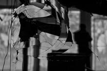 Silhouette Du Reflet D'un Photographe Dans Une Vitre Cassé Dans Un Magasin Abandonné
