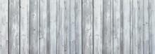 Hellgraue, Teils Verwitterte Holzwand Aus Vertikalen Brettern In Panorama Nahaufnahme